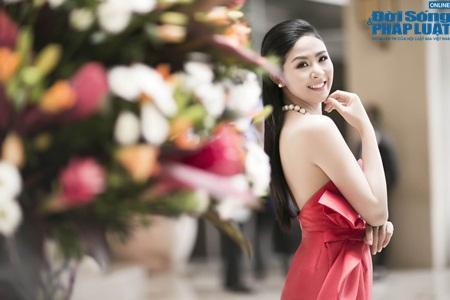 Hoa hậu Ngọc Hân gợi cảm tỏa sáng với váy tự thiết kế - Ảnh 4