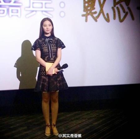 Lưu Diệc Phi bất ngờ bị fan cuồng xô ngã ngay trên sân khấu - Ảnh 2