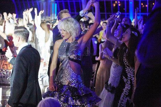 Taylor Swift và người tình nước Anh nhảy hết mình tại show của Selena - Ảnh 1