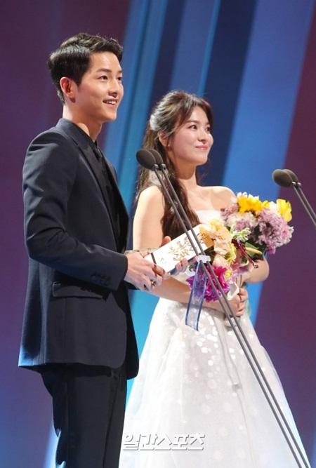 """""""Song - Song couple"""" xuất hiện như cô dâu chú rể khiến fan sôi sục - Ảnh 6"""