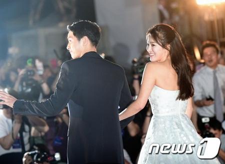 """""""Song - Song couple"""" xuất hiện như cô dâu chú rể khiến fan sôi sục - Ảnh 7"""