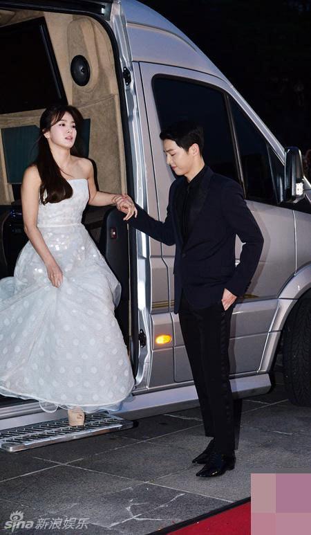 """""""Song - Song couple"""" xuất hiện như cô dâu chú rể khiến fan sôi sục - Ảnh 1"""