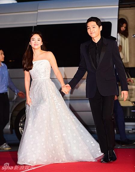 """""""Song - Song couple"""" xuất hiện như cô dâu chú rể khiến fan sôi sục - Ảnh 5"""