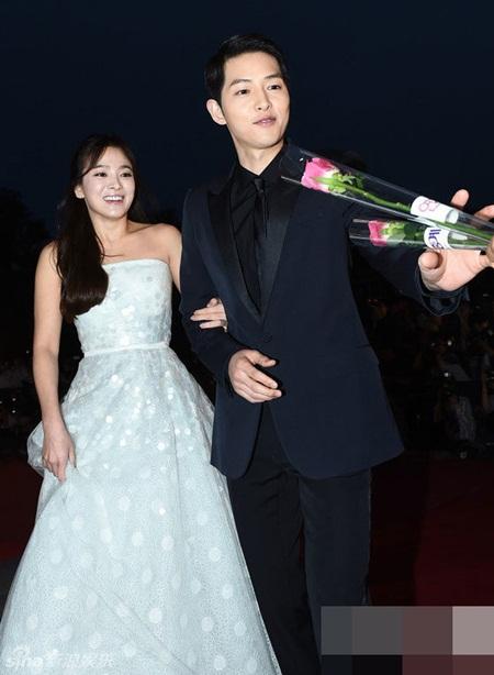 """""""Song - Song couple"""" xuất hiện như cô dâu chú rể khiến fan sôi sục - Ảnh 4"""