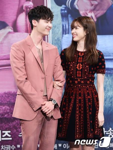 """Lee Jong Suk - Han Hyo Joo """"tình bể bình"""" trong họp báo """"Hai thế giới"""" - Ảnh 5"""