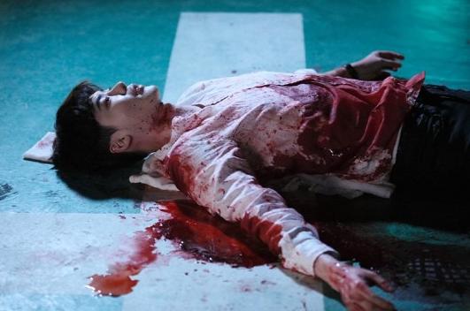 """Hai thế giới: Cuộc gặp đầu tiên """"đẫm máu"""" của Han Hyo Joo và Lee Jong Suk - Ảnh 3"""
