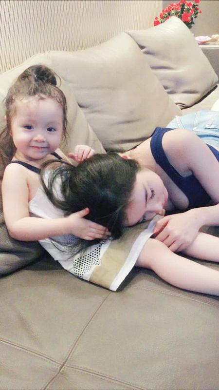 """""""Rụng tim"""" với hình ảnh Cadie dỗ mẹ Elly Trần đi ngủ - Ảnh 2"""