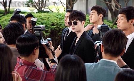 """""""W - Hai thế giới"""" tập 1: Lee Jong Suk đưa tay kéo Han Hyo Joo vào truyện tranh - Ảnh 5"""