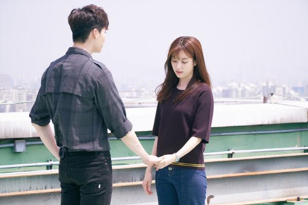 """""""Hai thế giới"""" tập 8: Lee Jong Suk và Han Hyo Joo đối mặt với cảnh chia ly - Ảnh 2"""