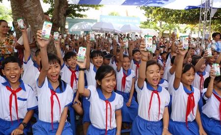 Vinamilk và Quỹ sữa Vươn cao VN trao tặng 111.000 ly sữa cho hơn 1.200 trẻ em - Ảnh 5