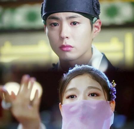 """Diễn xuất mê hoặc của Kim Yoo Jung trong """"Mây họa ánh trăng"""" chinh phục khán giả - Ảnh 3"""