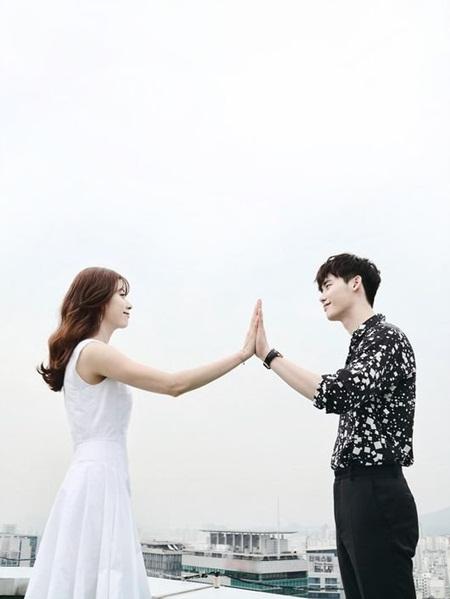 Lee Jong Suk đỏ mặt vì cảnh hôn, được Han Hyo Joo an ủi - Ảnh 1