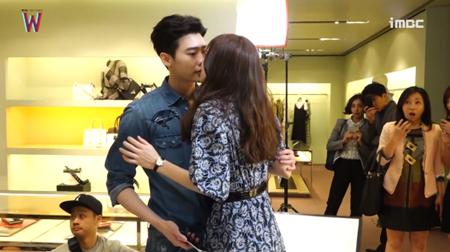 Lee Jong Suk đỏ mặt vì cảnh hôn, được Han Hyo Joo an ủi - Ảnh 2