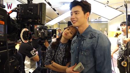 Lee Jong Suk đỏ mặt vì cảnh hôn, được Han Hyo Joo an ủi - Ảnh 4