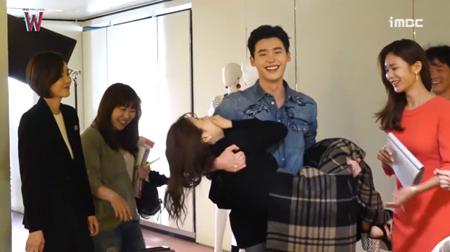 Lee Jong Suk đỏ mặt vì cảnh hôn, được Han Hyo Joo an ủi - Ảnh 6