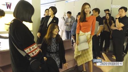 Lee Jong Suk đỏ mặt vì cảnh hôn, được Han Hyo Joo an ủi - Ảnh 7