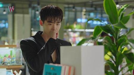 """""""W - Hai thế giới"""" tập 5: Lee Jong Suk từ người hùng hóa kẻ sát nhân - Ảnh 2"""