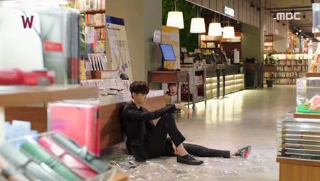 """""""W - Hai thế giới"""" tập 5: Lee Jong Suk từ người hùng hóa kẻ sát nhân - Ảnh 4"""