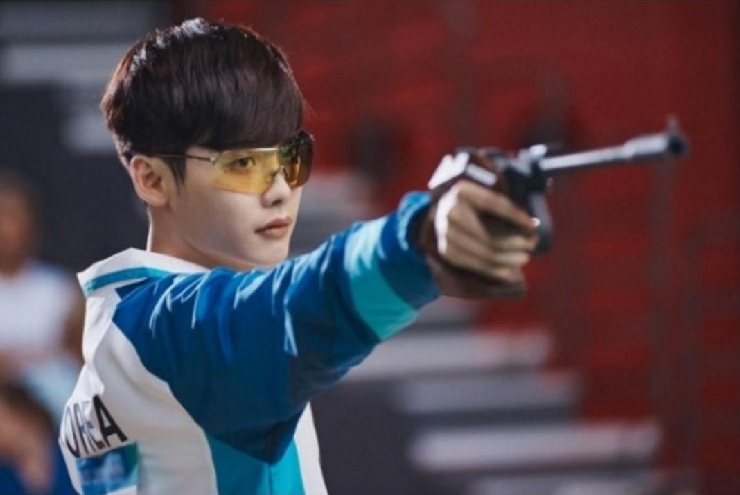 Tiết lộ tài bắn súng của Lee Jong Suk trong đời thực - Ảnh 1