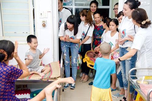 Hạ Vy mang niềm vui Trung thu đến với trẻ em bại não bệnh viện Châm cứu TƯ - Ảnh 2