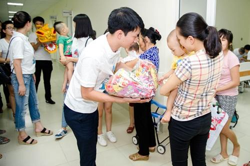 Hạ Vy mang niềm vui Trung thu đến với trẻ em bại não bệnh viện Châm cứu TƯ - Ảnh 4