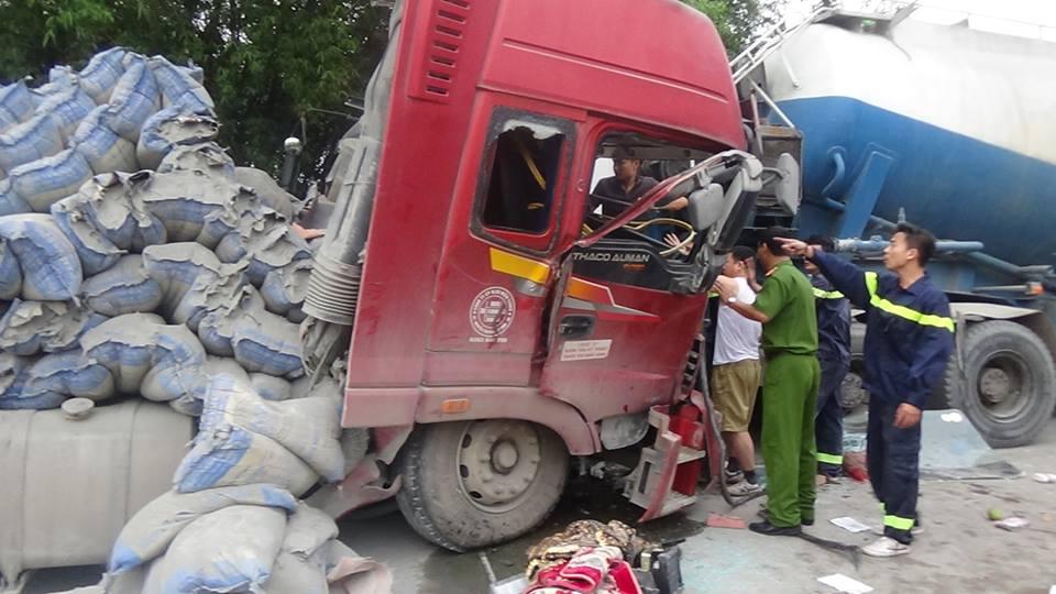 Hai xe tải đối đầu, tài xế mắc kẹt trong cabin - Ảnh 4