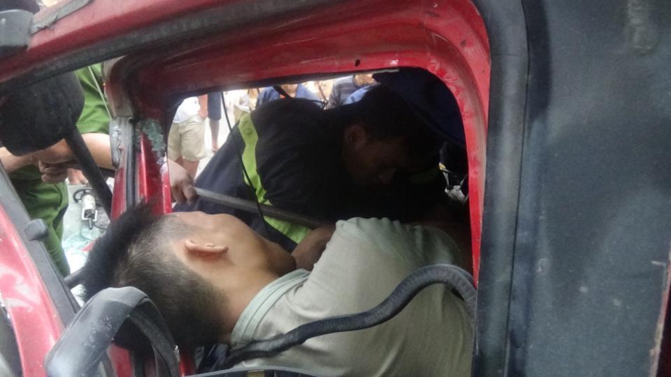Hai xe tải đối đầu, tài xế mắc kẹt trong cabin - Ảnh 2