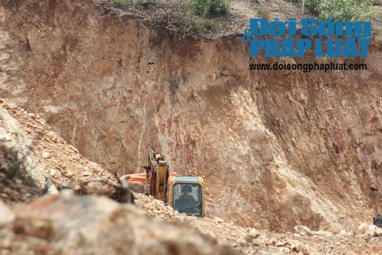 Bị huyện chất vấn về nạn khai thác đất, chủ tịch xã bỏ ra ngoài - Ảnh 1