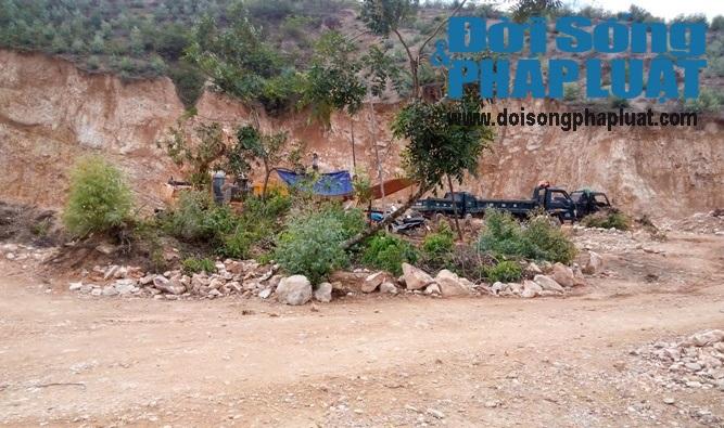 Bị huyện chất vấn về nạn khai thác đất, chủ tịch xã bỏ ra ngoài - Ảnh 2
