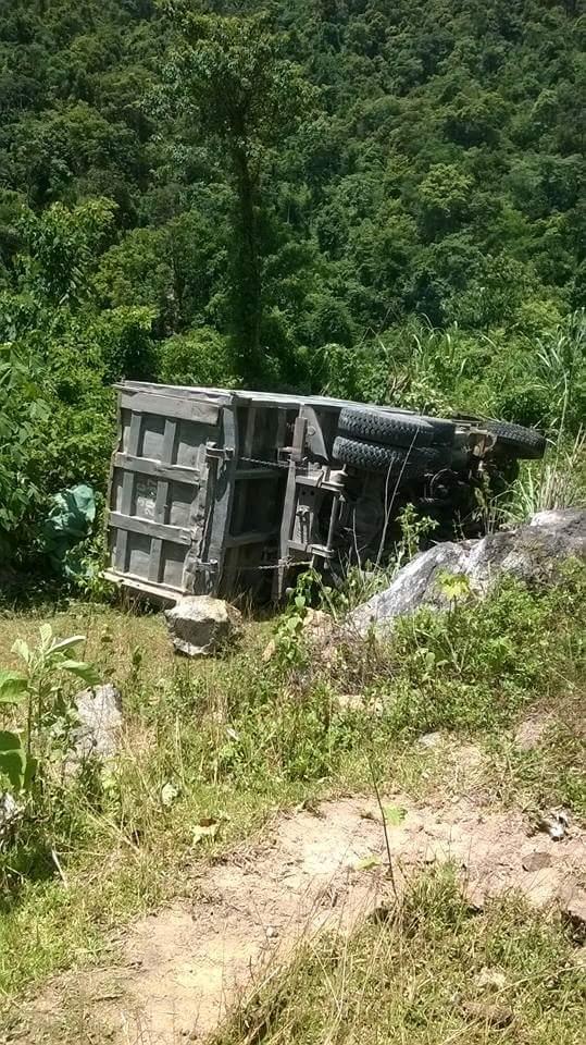 Xe tải lao xuống vực, tài xế tử vong trong cabin - Ảnh 1