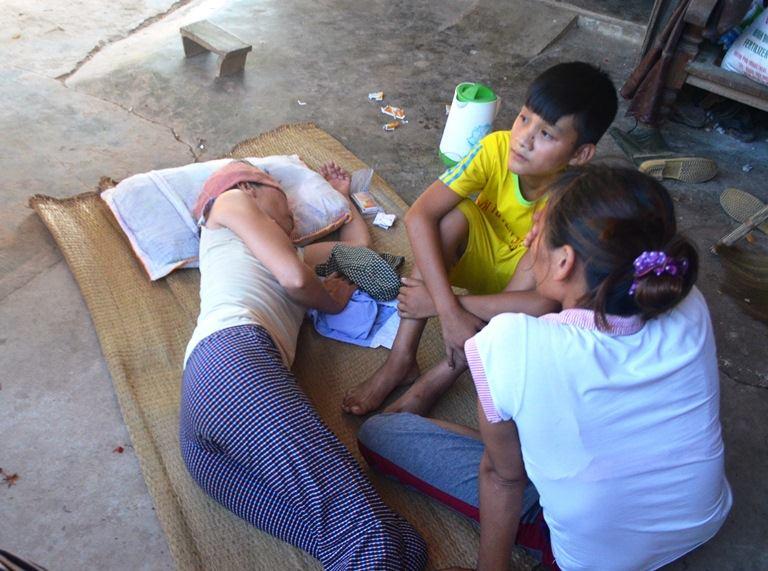 Nỗi đau người nhà nạn nhân trong vụ nổ xe khách tại Lào - Ảnh 1