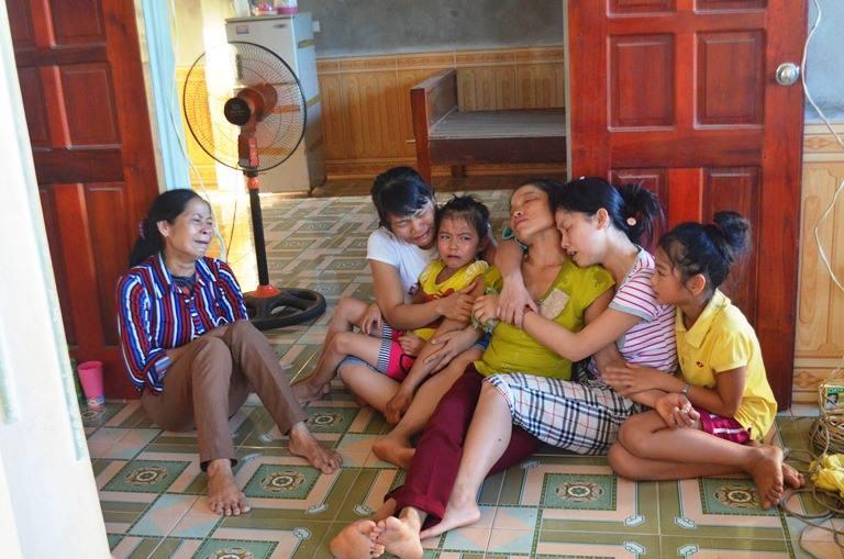 Nỗi đau người nhà nạn nhân trong vụ nổ xe khách tại Lào - Ảnh 3