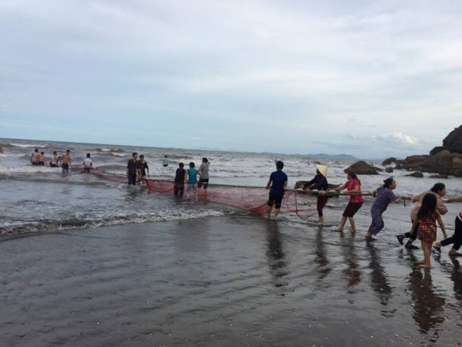 Giăng lưới tìm kiếm học sinh tắm biển đuối nước  - Ảnh 1