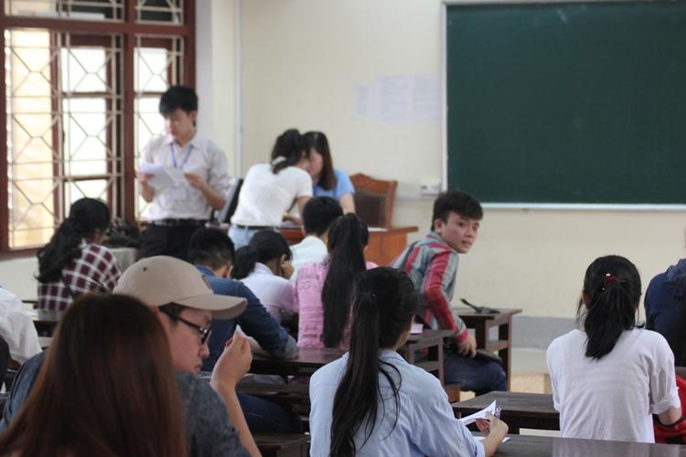 Hàng ngàn thí sinh miền Trung làm thủ tục dự thi THPT Quốc gia 2016 - Ảnh 3