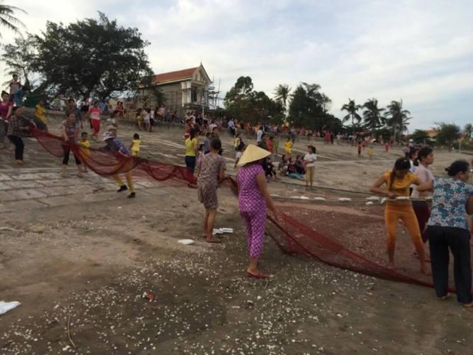 Giăng lưới tìm kiếm học sinh tắm biển đuối nước  - Ảnh 2