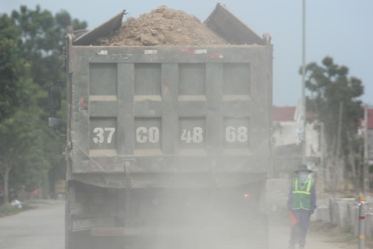 Dân kêu khổ vì xe phục vụ dự án quốc lộ mới phá nát quốc lộ cũ - Ảnh 7