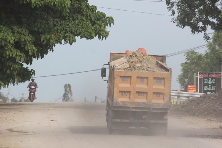 Dân kêu khổ vì xe phục vụ dự án quốc lộ mới phá nát quốc lộ cũ - Ảnh 2