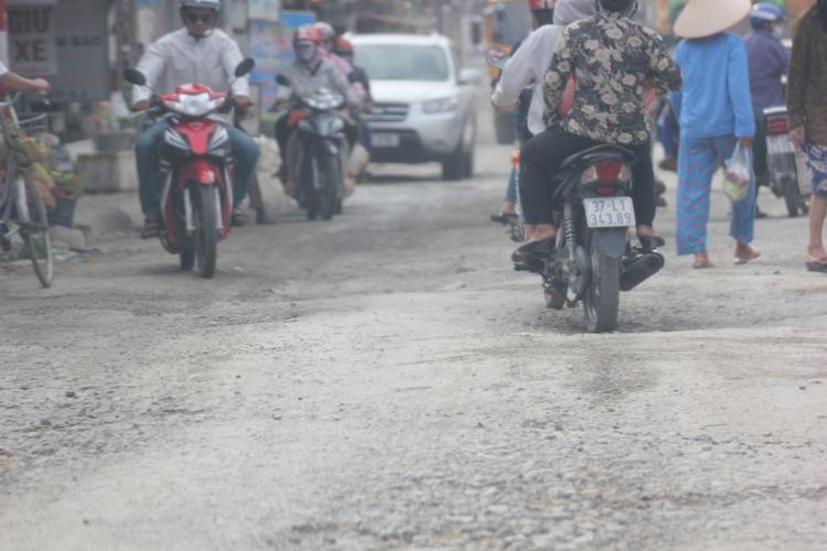 Dân kêu khổ vì xe phục vụ dự án quốc lộ mới phá nát quốc lộ cũ - Ảnh 6