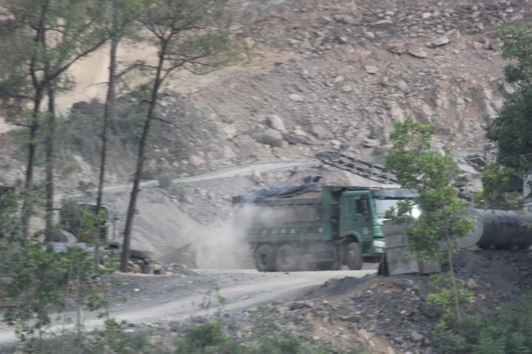 Nghi vấn xe thi công lấy đất đắp đường dự án quốc lộ sai quy định - Ảnh 2