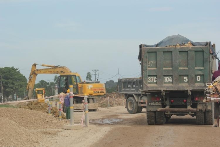 Nghi vấn xe thi công lấy đất đắp đường dự án quốc lộ sai quy định - Ảnh 1