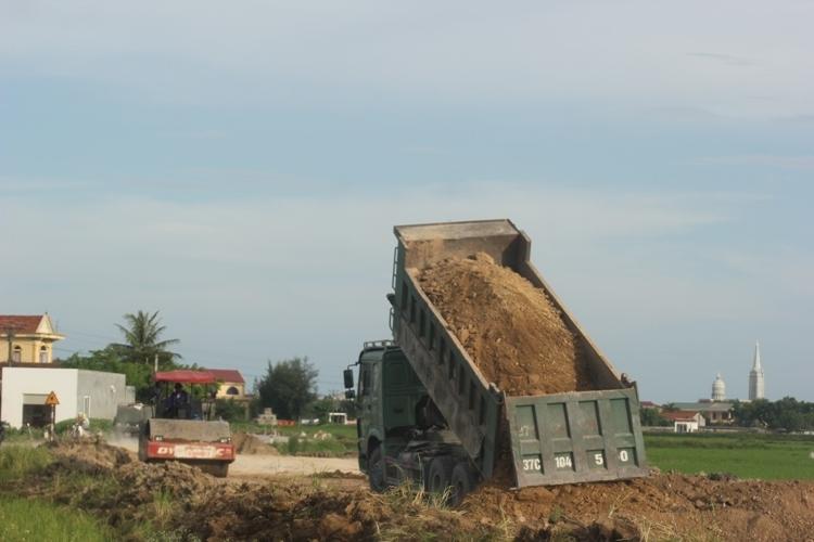 Nghi vấn xe thi công lấy đất đắp đường dự án quốc lộ sai quy định - Ảnh 4