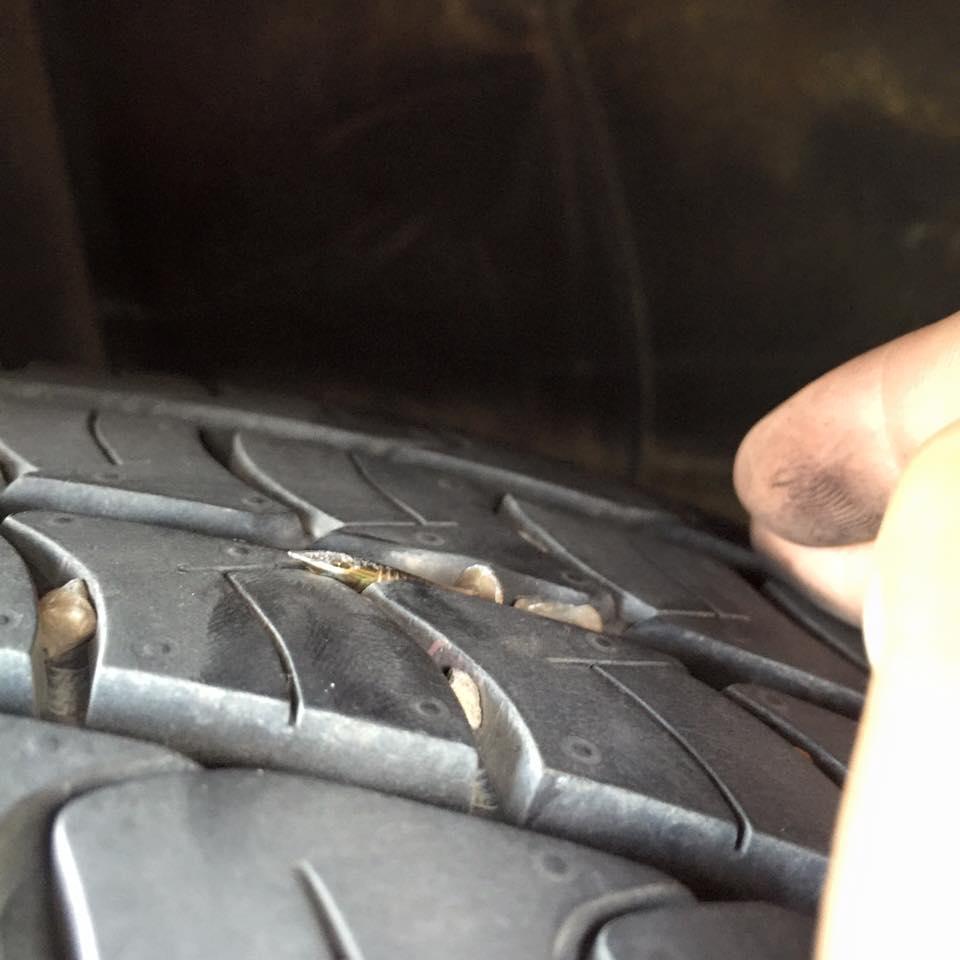 Đinh rơi 4km dọc quốc lộ, hàng loạt lốp xe bị găm như nhím - Ảnh 2