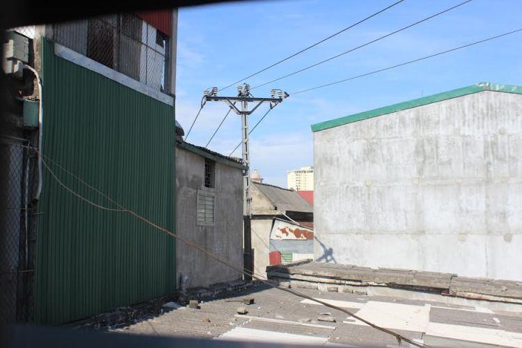Hàng chục hộ dân nơm nớp sống dưới lưới điện tử thần - Ảnh 2
