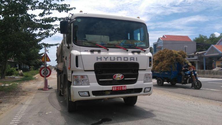 Xe biển đỏ chở quá tải không chịu hợp tác cân tải trọng - Ảnh 1