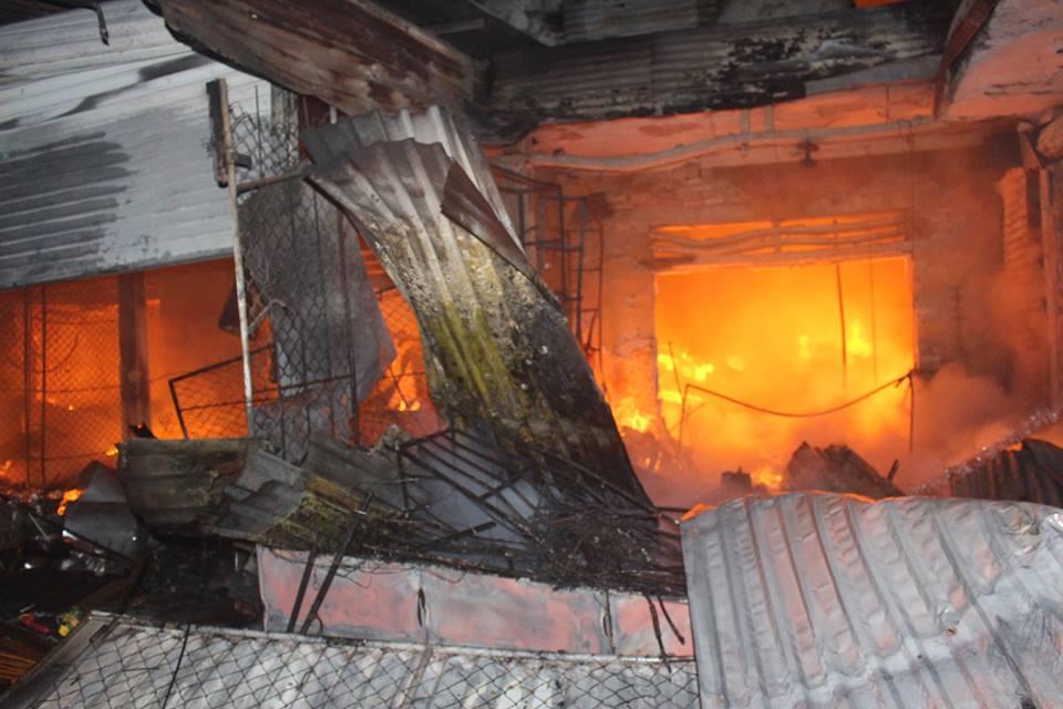 Cháy lớn ở chợ Sơn thiêu rụi hoàn toàn 130 ki ốt - Ảnh 1