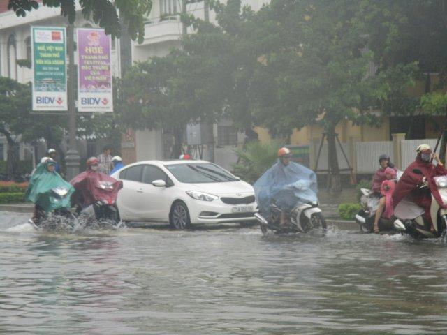 Huế: Đường phố ngập sâu trong nước,  giao thông khó khăn - Ảnh 2
