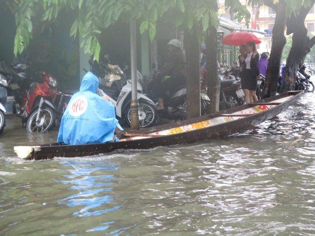 Huế: Đường phố ngập sâu trong nước,  giao thông khó khăn - Ảnh 3