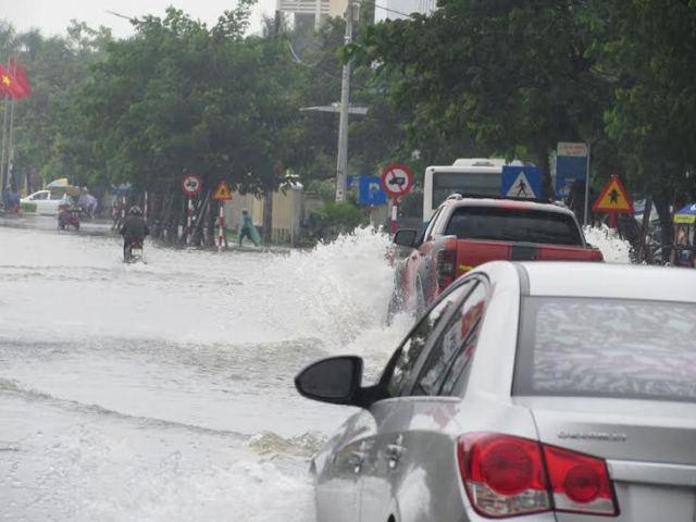 Huế: Đường phố ngập sâu trong nước,  giao thông khó khăn - Ảnh 1