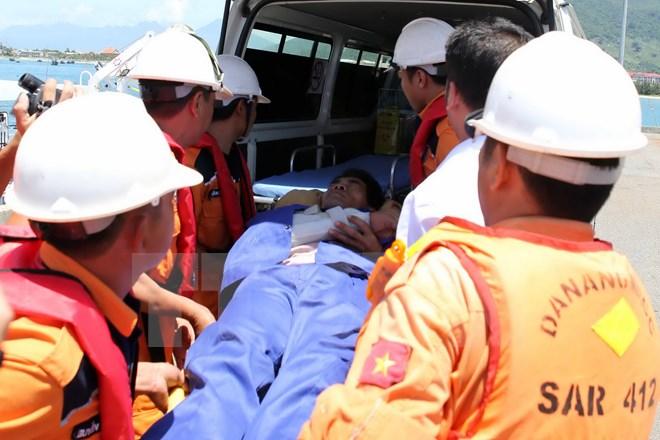 Thanh Hóa: Cứu vớt thành công 8 ngư dân gặp nạn trên biển  - Ảnh 1