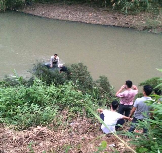 Một người chết trong chiếc xe biển xanh nằm dưới suối sâu - Ảnh 2